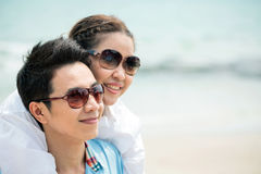 Par som daterar på stranden arkivfoto