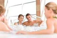 par som den lyckliga varma pölen kopplar av simning, badar Royaltyfri Fotografi