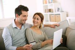Par som direktanslutet tillsammans shoppar på internet Royaltyfri Bild