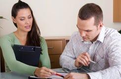 Par som diskuterar finans Royaltyfria Bilder