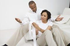 Par som diskuterar finanser Fotografering för Bildbyråer