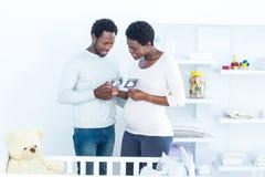 Par som diskuterar, medan rymma ultraljudsundersökning arkivbilder