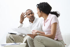 Par som diskuterar räkningar arkivbild