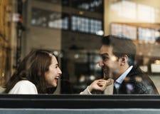 Par som dricker coffee shop, kopplar av Royaltyfri Foto