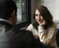 Par som dricker coffee shop, kopplar av Arkivfoton