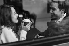 Par som dricker coffee shop, kopplar av Royaltyfria Foton