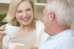 par som dricker den lyckliga manpensionärkvinnan Arkivfoton