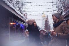 Par som dricker den varma drycken Royaltyfri Foto
