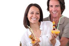 Par som dricker fruktfruktsaft Royaltyfri Fotografi