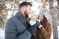 Par som dricker kaffe i vinter, parkerar Arkivbild