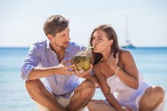 Par som dricker kokosn?tcoctailen royaltyfri bild