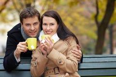 par som dricker lycklig tea Fotografering för Bildbyråer