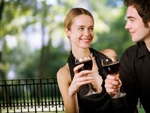 par som dricker lyckligt barn Arkivfoto