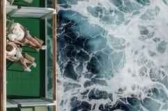 Par som dricker på baclony kryssning Royaltyfri Fotografi