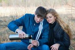 par som dricker utvändig tea Royaltyfri Fotografi