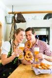 Par som dricker veteöl i bayersk restaurang Arkivbild