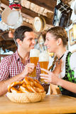 Par som dricker veteöl i bayersk restaurang Fotografering för Bildbyråer