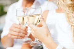 Par som dricker vin i kafé Royaltyfri Foto