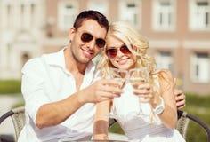 Par som dricker vin i kafé Royaltyfria Bilder