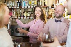 Par som dricker vin på stången Arkivbilder