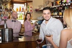 Par som dricker vin på stången Royaltyfri Fotografi