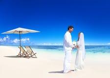 Par som får att gifta sig på stranden Arkivfoton