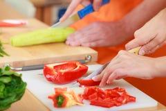 Par som förbereder sallad för nya grönsaker banta Royaltyfri Fotografi
