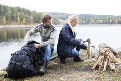 Par som förbereder sig för att campa på Lakeshore Arkivbilder