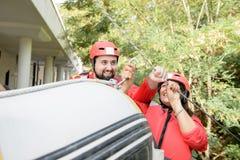 Par som förbereder sig för rafting arkivfoto