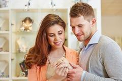 Par som försöker på cirklar på smycken royaltyfria bilder