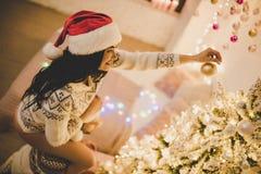 Par som firar det hemmastadda nya året arkivfoto