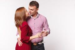 Par som firar ferie i modekläder Begreppsförbindelse, datum, dag för ` s för st Valentin royaltyfri bild