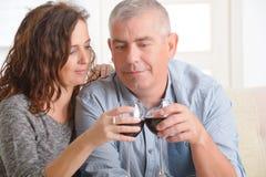 Par som firar i hem Arkivbilder