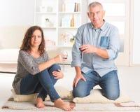 Par som firar i hem Royaltyfria Bilder