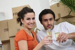 Par som firar köpet av huset Royaltyfri Fotografi