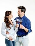Par som firar med rött vin Arkivfoto