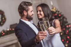 Par som firar nytt år royaltyfri foto