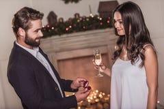 Par som firar nytt år royaltyfri fotografi