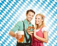 Par som firar Oktoberfest Arkivbilder