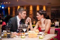 Par som flörtar på restaurangen Royaltyfria Bilder