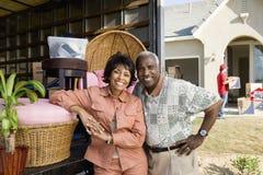 Par som flyttar sig till deras nya hus Royaltyfri Fotografi