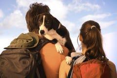 Par som fotvandrar med hunden Arkivbilder