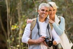 Par som fotvandrar skogen Arkivbilder