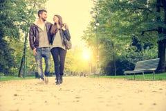 Par som går i en parkera Royaltyfria Foton