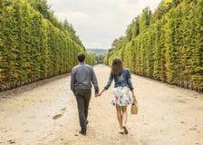 Par som går i en trädgård royaltyfri fotografi