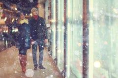 Par som går i nattstad Royaltyfri Bild