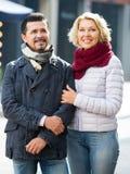 Par som går i stad Royaltyfri Bild