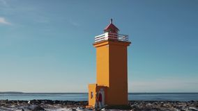 Par som går nära fyren i Island arkivfilmer