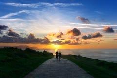Par som går nära havet arkivfoton