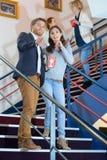 Par som går ner trappa i bio royaltyfri fotografi